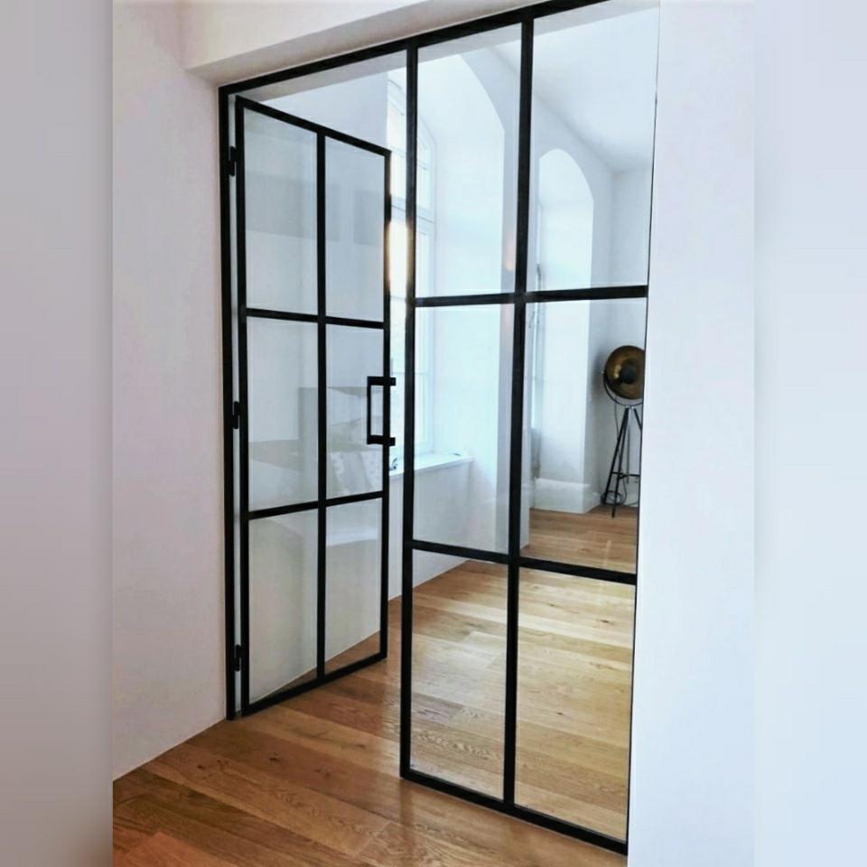Doppeltür aus Stahl und Glas im Büro