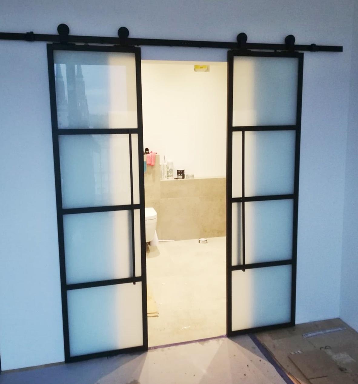 Hochwertige Schiebetür aus Stahl und Glas von Loft Tür