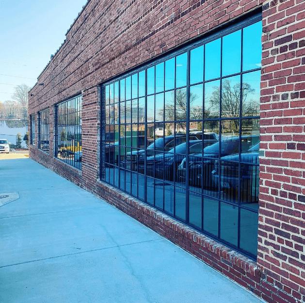 Glasfront im industriellen Look durch Glasfenster von Loft Tür
